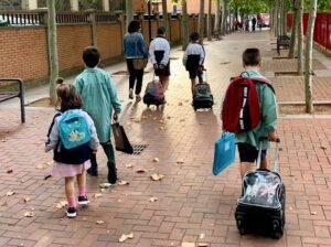 ninos-con-mochilas